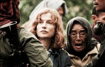 Isabelle Huppert in una drammatica scena del film Captive, diretto da Brillante Mendoza