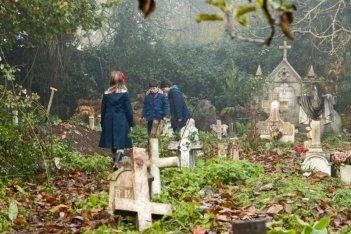 Dictado: bambini in visita al cimitero in una scena del film