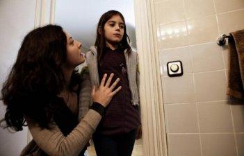 Dictado: Bárbara Lennie insieme a Mágica Pérez in una scena del film