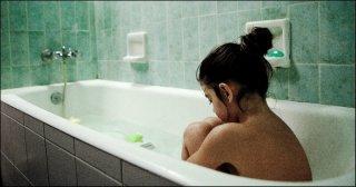 Dictado: la giovane Mágica Pérez nella vasca da bagno in una scena del film