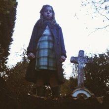 Dictado: Mágica Pérez in un'inquietante immagine del film guarda dentro una tomba