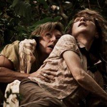 Isabelle Huppert in pericolo in una scena del film Captive insieme a Kathy Mulville
