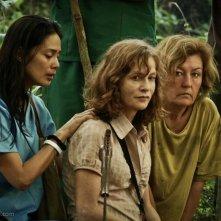 Isabelle Huppert in una drammatica scena del film Captive insieme a Angel Aquino e Kathy Mulville