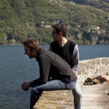 Luca Ragazzi e Gustav Hofer sul Lago di Como in una scena di Italy: Love It, or Leave It