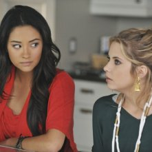 Pretty Little Liars: Shay Mitchell ed Ashley Benson nell'episodio Let the Water Hold Me Down