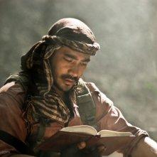Raymond Bagatsing in una scena del film Captive