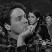 Timothy Bottoms si distrae sui banchi di scuola in una scena de L'ultimo spettacolo