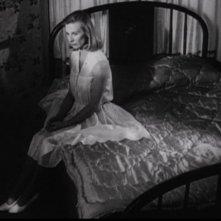 Una desolata Cloris Leachman seduta sul letto ne L'ultimo spettacolo