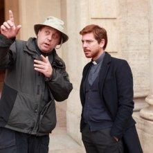 Claudio Gioè riceve indicazioni da Alexis Sweet regista della miniserie di Canale 5 Il Tredicesimo Apostolo