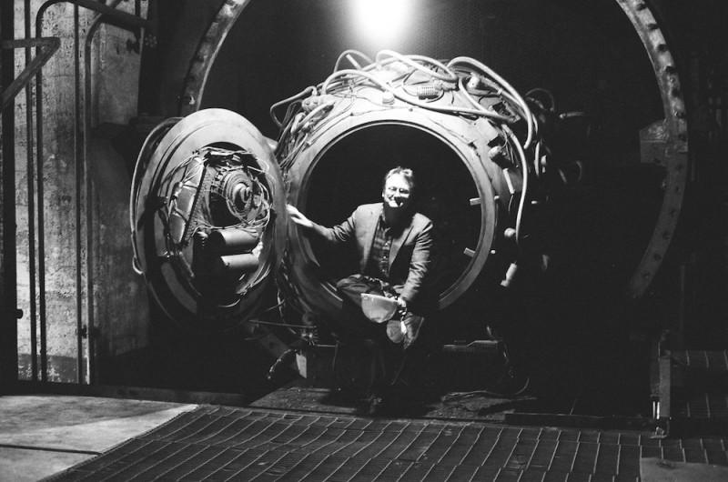 Il regista Rian Johnson sul set di Looper insieme alla sua macchina del tempo