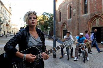 Benvenuti al Nord: la cantante Emma Marrone in una scena del film