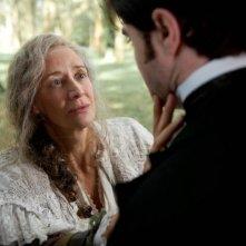 Daniel Radcliffe con Janet McTeer in una scena di The Woman in Black