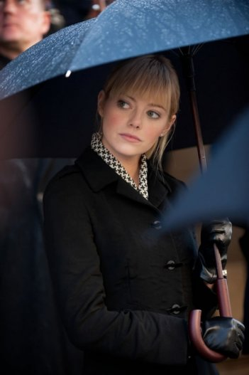 Emma Stone sotto l'ombrello in una scena di The Amazing Spider-Man