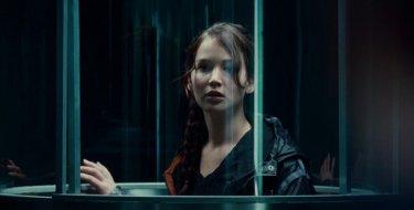Jennifer Lawrence in un bel primo dietro la gabbia di vetro di The Hunger Games