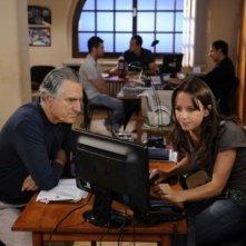 Lando Buzzanca e Caterina Guzzanti indagano insieme in una scena della serie di Rai Uno, Il restauratore