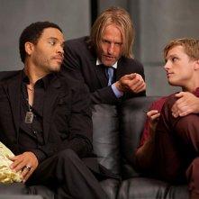 Lenny Kravitz, Woody Harrelson e Josh Hutcherson discutono in una scena di The Hunger Games