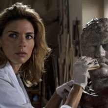 Martina Colombari in un intenso primo piano nella serie di Rai Uno, Il restauratore