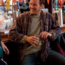 Patrick Wilson sorridente e solare in una scena di Young Adult