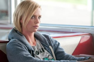 Young Adult: Charlize Theron serissima in un'immagine tratta dal film