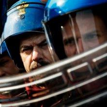 A.C.A.B.: Pierfrancesco Favino in una scena del film schierato insieme ai colleghi in tenuta antisommossa