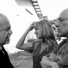 Carlo Verdone insieme a Micaela Ramazzotti e al produttore Aurelio De Laurentiis sul set di Posti in piedi in Paradiso a Cinecittà