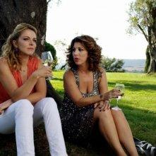 Claudia Gerini in una scena di Com'è bello far l'amore insieme a Michela Andreozzi