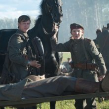David Kross in una scena tratta dal film War Horse insieme a Leonhard Carow