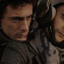 Elio Germano in una scena del film Magnifica presenza insieme a Paola Minaccioni