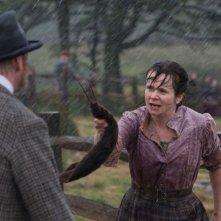 Emily Watson in una scena di War Horse si arrabbia con David Thewlis