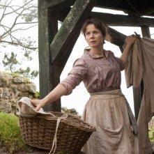 Emily Watson raccoglie il bucato in una scena di War Horse