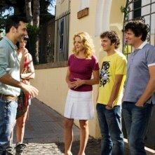 Fabio De Luigi, Claudia Gerini, Filippo Timi insieme ad Alessandro Sperduti e Giorgia Wurth in una scena di Com'è bello far l'amore