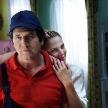 Fabio De Luigi insieme a Claudia Gerini in una foto promozionale del film Com'è bello far l'amore