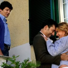 Fabio De Luigi insieme a Filippo Timi e Claudia Gerini in una scena di Com'è bello far l'amore