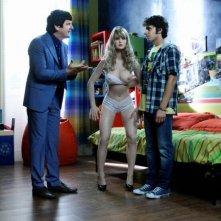 Fabio De Luigi insieme ad Alessandro Sperduti e ad una bambola desnuda in una scena di Com'è bello far l'amore