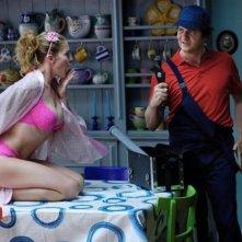 Fabio De Luigi si improvvisa idraulico per far colpo su Claudia Gerini in una scena di Com'è bello far l'amore
