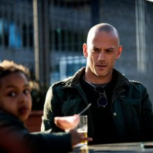Filippo Nigro in una scena del film A.C.A.B. si guarda intorno con sospetto