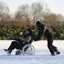 François Cluzet e Omar Sy si divertono sulla neve in una scena del film Intouchables