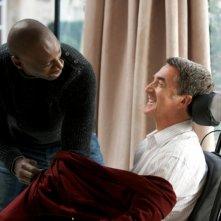 François Cluzet insieme a Omar Sy in una scena del film Intouchables