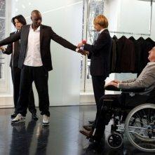 François Cluzet osserva Omar Sy mentre si fa bello in una scena di Intouchables