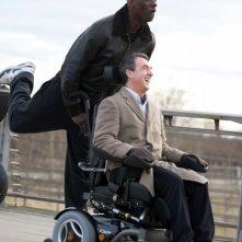 François Cluzet sorride insieme a Omar Sy in un'allegra scena di Intouchables