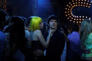 Giorgia Wurth in discoteca insieme a Fabio De Luigi in una scena di Com'è bello far l'amore