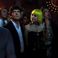 Giorgia Wurth in discoteca insieme a un distratto Fabio De Luigi in un momento del film Com'è bello far l'amore