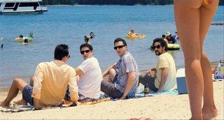 Jason Biggs, Thomas Ian Nicholas e Eddie Kaye Thomas in spiaggia in una scena di American Pie - Ancora insieme