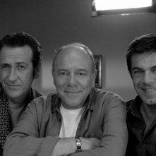 Marco Giallini, Carlo Verdone e Pierfrancesco Favino posano per una foto ricordo sul set di Posti in piedi in Paradiso
