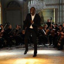 Omar Sy improvvisa dei passi di danza in una scena del film Intouchables