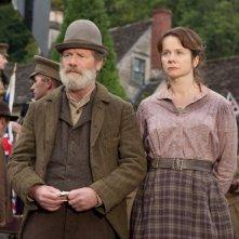 Peter Mullan con Emily Watson in una scena di War Horse