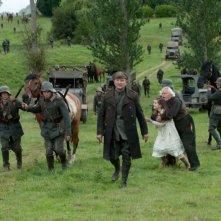 Stephen Graham insieme a Celine Buckens e Niels Arestrup in una drammatica scena di War Horse