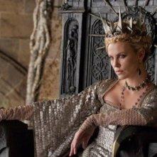 La minacciosa regina Charlize Theron sul suo trono in Biancaneve e il cacciatore