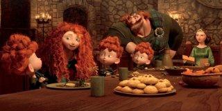 La selvaggia Merida a tavola con la sua numerosa e rossa famiglia in una scena di Brave - Coraggiosa e ribelle