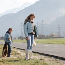Léa Seydoux in una scena de L'enfant d'en haut insieme al piccolo Kacey Mottet Klein